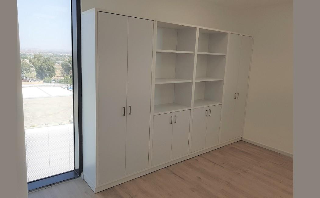 ארון לבן גבוה דלתות משולבות