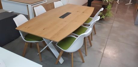 שולחן ישיבות מתצוגה